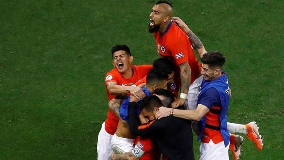 Jugadores de Chile celebran al ganar el partido Colombia-Chile de cuartos de final de la Copa América de Fútbol 2019, en el Estadio Arena Corinthians de São Paulo, Brasil.