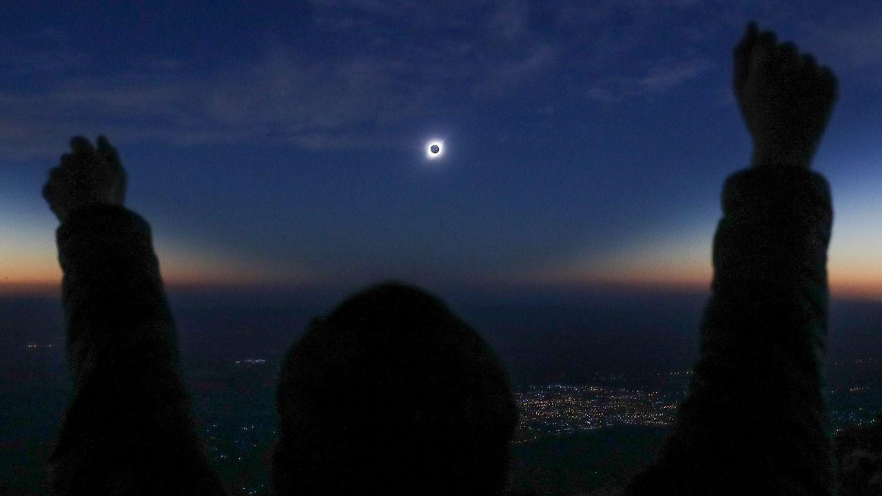 Las mejores imágenes del eclipse solar que ha oscurecido Sudamérica