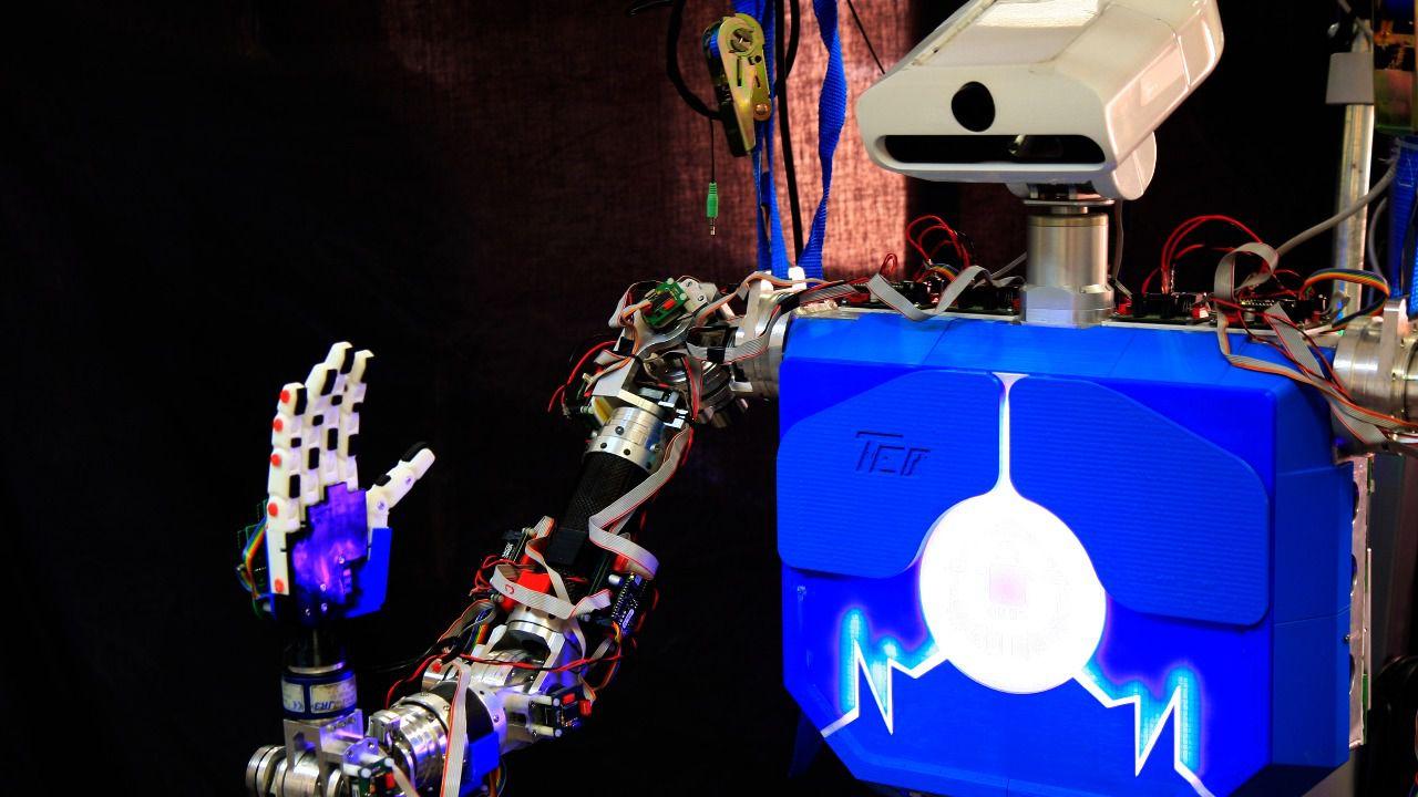 TEO, el robot humanoide español que se comunica en lengua de signos