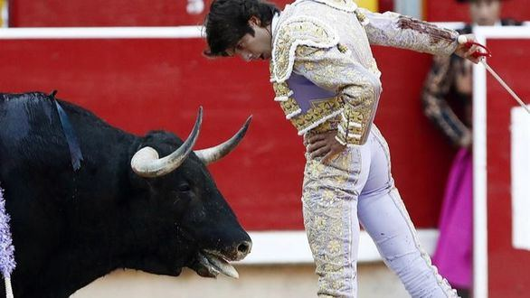 Castella se lleva otra oreja barata en tarde espesa de Roca Rey