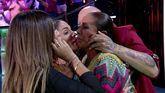 Isabel Pantoja abraza a su familia en el plató de 'Supervivientes' tras su regreso a Madrid.