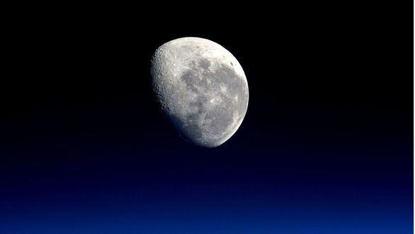 La Luna 'celebra' los 50 años del despegue del Apolo 11 con un eclipse parcial