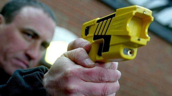 La Policía reclama el uso de las pistolas táser y vuelve la polémica de las