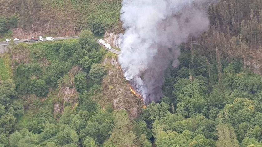 Muere un camionero en Asturias al precipitarse por un desnivel de 25 metros