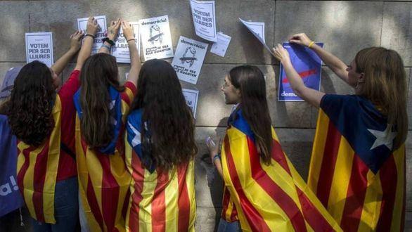La 'ONG del catalán' de Torra espía a alumnos para saber si hablan castellano