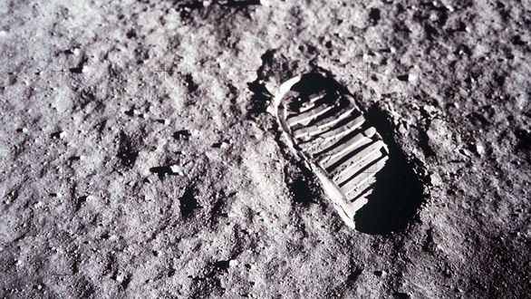 Vista en primer plano de la huella del astronauta Buzz Aldrin en el suelo lunar.