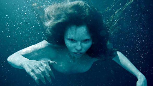 Eline Powell da vida a Ryn, la sirena protagonista de 'Siren'.