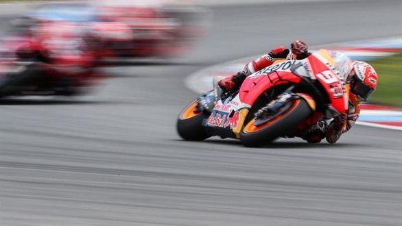 Márquez impone su dominio en Brno
