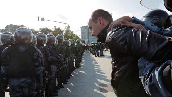 Brutal represión de la dictadura de Putin: 800 manifestantes detenidos