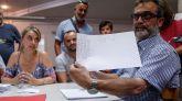El asesor legal de los trabajadores de Trablisa, Juan Carlos Giménez, muestra a los medios de comunicación los resultados de la votación de la asamblea.