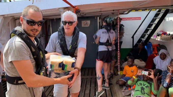 Richard Gere llega en yate al Open Arms para llevar víveres: