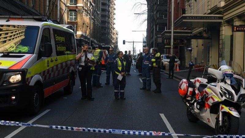 Palos, sillas, cajas... Así han reducido en Sidney a un yihadista con un cuchillo