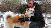 Escena de la película 'Siempre a tu lado: Hachiko', en la que el profesor Parker Wilson (Richard Gere) saluda a su perro akita Hachi.