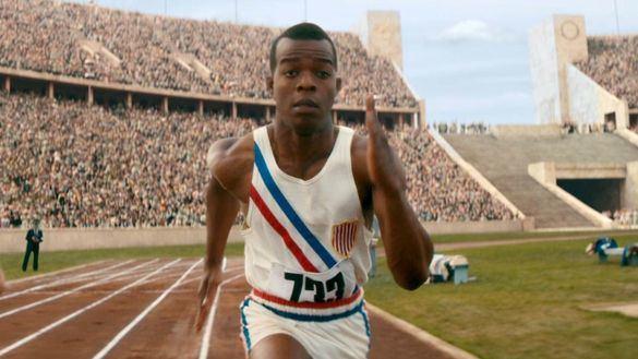 Stephan James da vida al atleta estadounidense Jesse Owens en la película 'El héroe de Berlín'.