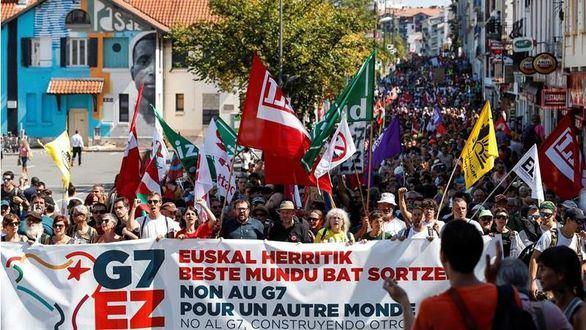 Proetarras y miembros de Podemos, en las protestas contra la cumbre del G7