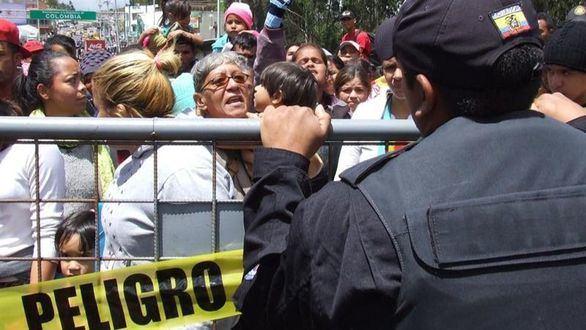 Sube la tensión: cientos de venezolanos bloquean la frontera entre Colombia y Ecuador