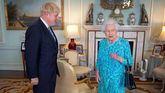 El nuevo premier británico es investido por la Reina Isabel II.