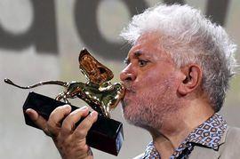 Pedro Almodóvar besa el León de Oro honorífico de la Mostra de Venecia