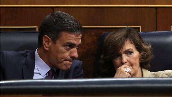 El presidente del Gobierno en funciones, Pedro Sánchez, y la vicepresidenta en funciones, Carmen Calvo.