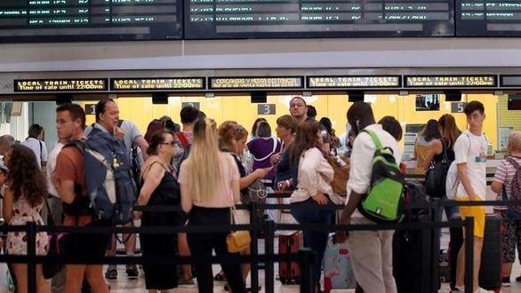 Hasta 40.000 afectados en plena operación retorno por la huelga en trenes y aviones