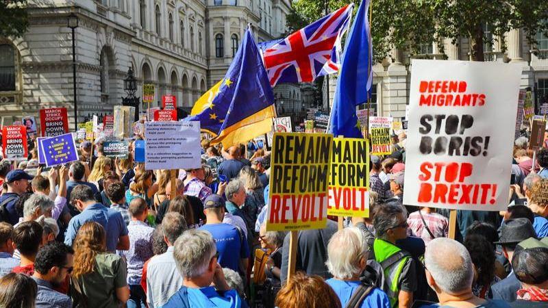 Miles de británicos salen a la calle contra el cierre del Parlamento