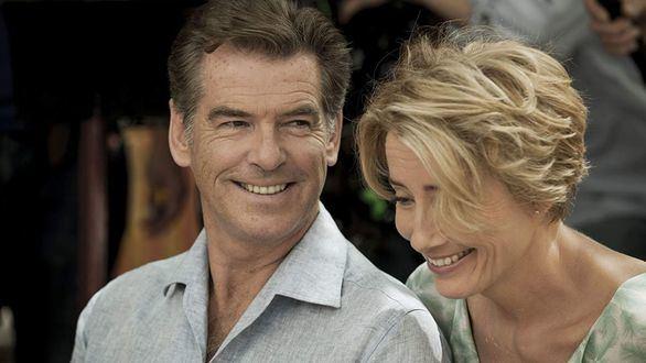 Pierce Brosnan y Emma Thompson protagonizan la película 'Un golpe brillante'.