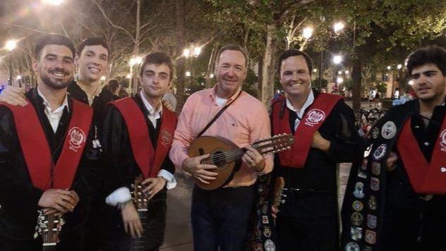 Kevin Spacey canta La bamba junto a una tuna en pleno centro de Sevilla