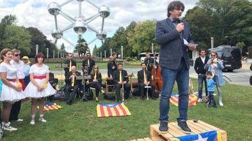 El ridículo mitin de Puigdemont subido a una caja se hace viral
