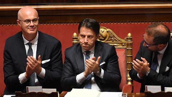 El primer ministro italiano aplaude tras la formación del nuevo gobierno.
