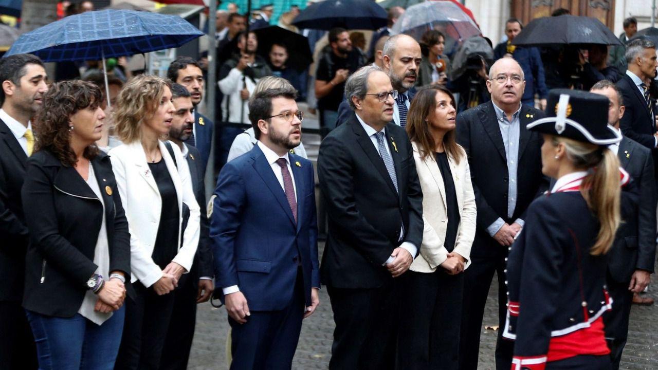 Torra realiza la ofrenda floral al ritmo del himno de España