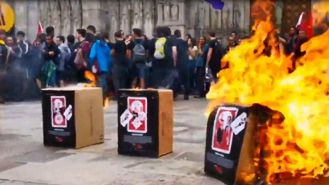 Arran quema fotos del Rey frente a la Catedral de Barcelona
