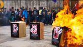 La kale borroka separatista quema fotos del Rey frente a la Catedral de Barcelona