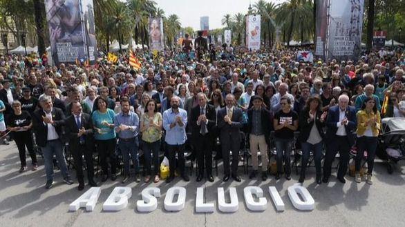 Colau y Podemos, a favor de la absolución de los presos del procés