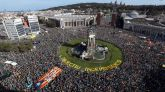 Numerosas personas se concentran en la plaza de España de Barcelona el comienzo de la manifestación independentista.