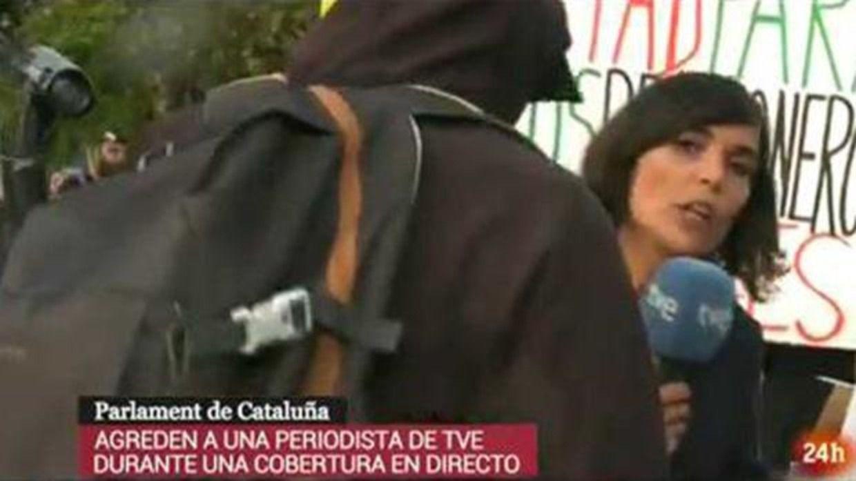 Los radicales agreden a una reportera de TVE durante la Diada