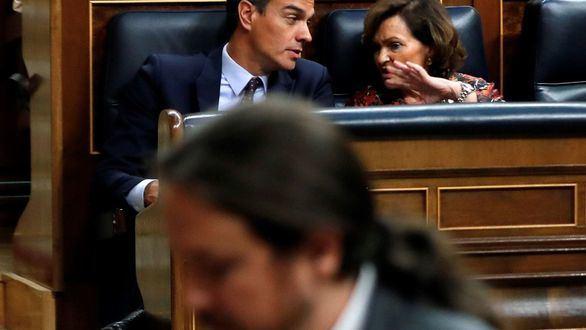 Pedro Sánchez charla con Carmen Calvo, con Pablo Iglesias en primer plano.