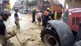 Camiones y tractores para evacuar a los afectados por la gota fría
