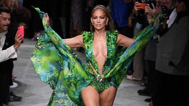 Jennifer Lopez vuelve a lucir el icónico vestido 'jungle dress' de Versace