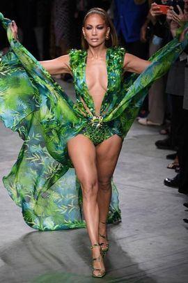Jennifer Lopez luce una versión del vestido que convirtió en un icono en los Grammy del año 2000