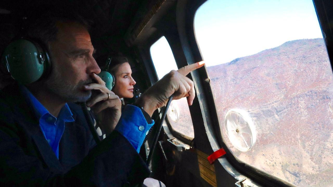 Los Reyes sobrevuelan las zonas afectadas por los incendios en Canarias