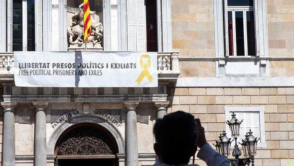 """Torra vuelve a colgar la pancarta de los """"presos políticos"""" en la Generalidad."""