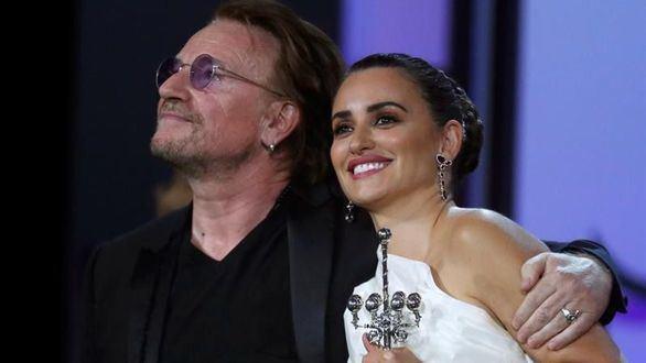 Penélope Cruz recibe el Premio Donostia de manos de Bono y causa el delirio