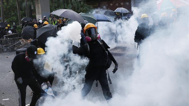 La policía de Hong Kong dispara por primera vez a un manifestante