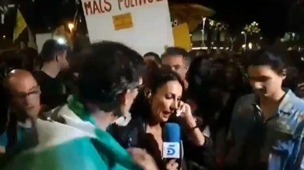 Radicales zarandean a una periodista en el final del 1-O