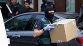 Agentes de la Guardia Civil durante el registro de un domicilio en una operación contra un grupo de independentistas vinculados con los Comités de Defensa de la República (CDR).