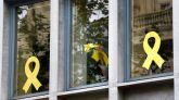 Trabajadores del Departamento de Agricultura Ganadería ,Pesca y Alimentación de la Generalitat retiran lazos de las ventanas del edificio.