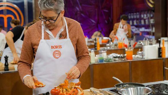 Boris Izaguirre preparando un centollo durante la polémica prueba de 'MasterChef Celebrity 4'.