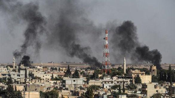 Varias columnas de humo se elevan en el pueblo de Ras al-Ein, debido a los bombardeos.