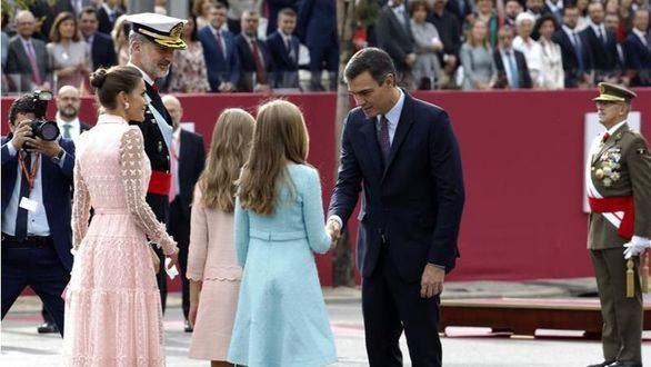 Pedro Sánchez, recibido en el desfile con pitos y gritos de