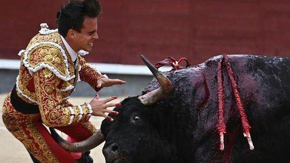 Gonzalo Caballero sufre una espeluznante cornada en Las Ventas